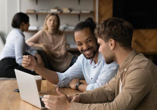 Zwei Mitarbeiter arbeiten im Rahmen on New Work in einem Büro an einem gemeinsamen Projekt