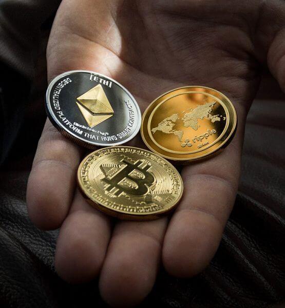 Bild von symbolischen Kryptowährungen auf einer geöffneten Handfläche