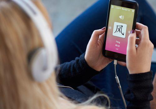 Eine Frau lernt eine Sprache mit einer Spaced Repetition App