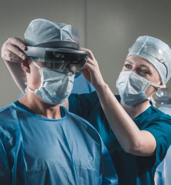 Arzt bekommt eine Augmented Reality-Brille aufgesetzt.