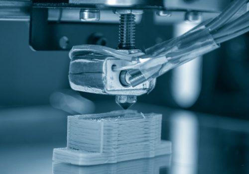 Arm eines 3D-Druckers stellt Miniaturgebäude her