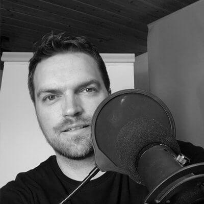Bild von Johannes Meyer vor einem Mikrofon