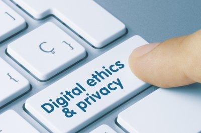 Taste einer Computertastatur mit der Beschriftung Digital ethics and privacy