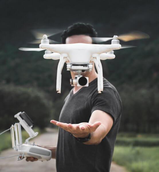Ein Mann lässt eine Drohne steigen.