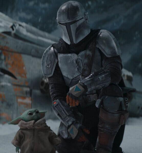 """Der Mandalorianer und """"Baby Yoda"""" zusammen vor ihrem Raumschiff."""